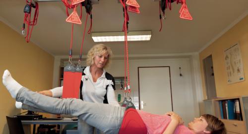 Carla Hopman tijdens het uitvoeren van de Redcordtherapie